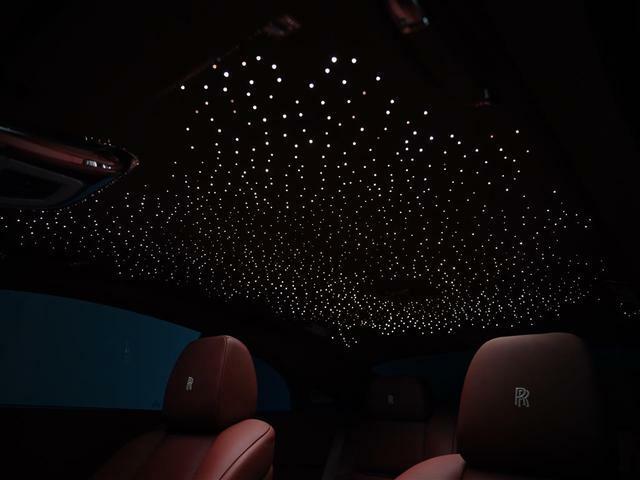 スターライトヘッドライナーを装備。車内に満天の星空と幻想的な雰囲気を醸し出します