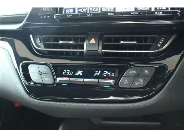 オートエアコン付きです。簡単操作で快適に車内温度をコントロールします。