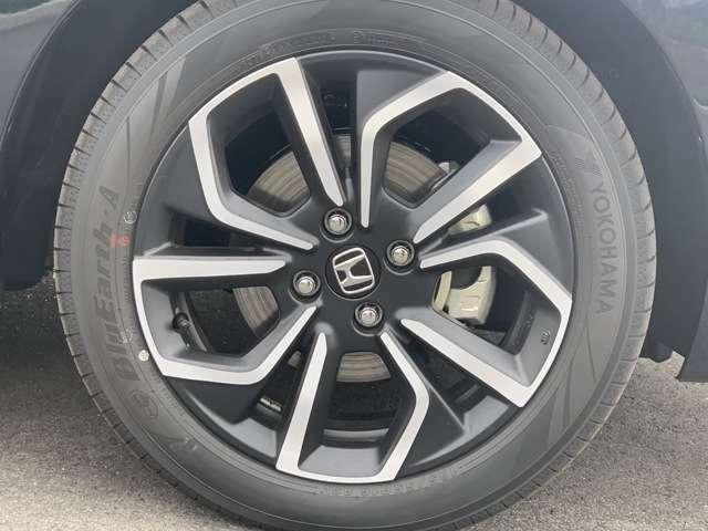 アルミホイール装着車です。見た目だけでなく、スチールホイールより軽く、燃費にも良い影響を与えてくれます。