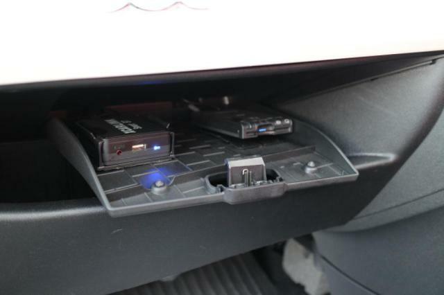 グローブボックスの隠し扉にはETCと、社外のワイヤレスキット