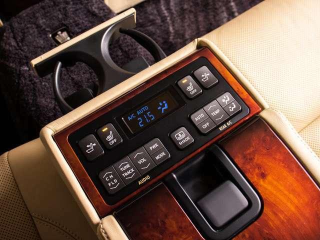後席シート電動リクライニング機能&シートヒーター機能付き