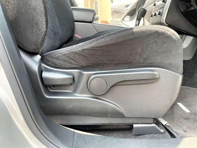 運転席はシートリフター付で座高の低い方や女性には便利なシートの高さ調整が出来て視界広々安心設計◎