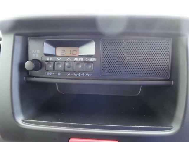 スピーカー内蔵タイプの純正ラジオが付属します