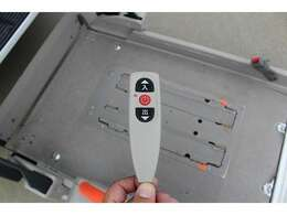リモコン付きです。簡単なボタン操作ですので女性の方も安心してお使い頂けます。