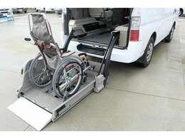 お手持ちの車いすの乗車可否などにつきましては、詳しくは販売店までお問い合せください。【車いす装着例】
