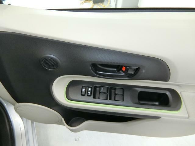 ウィンドウの操作スイッチです。運転席の手元から近く操作しやすいです。
