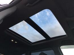 【サンルーフ(メーカーオプション)】車内には爽やかな風や太陽の穏やかな光が差し込みます♪