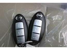 スマートキーを携帯していれば、ドアハンドルのスイッチに触れるだけでドアを施錠・解錠が行えます