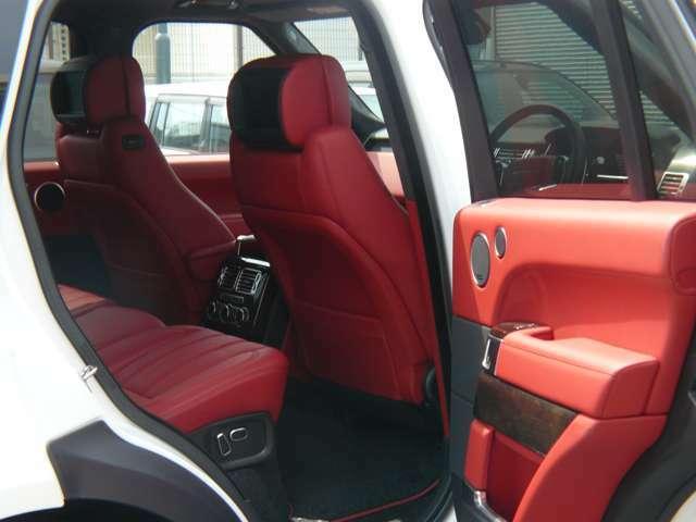 赤革シート・スライディングパノラマルーフ・電動サイドステップ・ETC・ソフトドアクローズ・アダプティブクルーズコントロール・メリディアンサウンド・社外22インチアルミホイール・純正タイヤホイールあります。