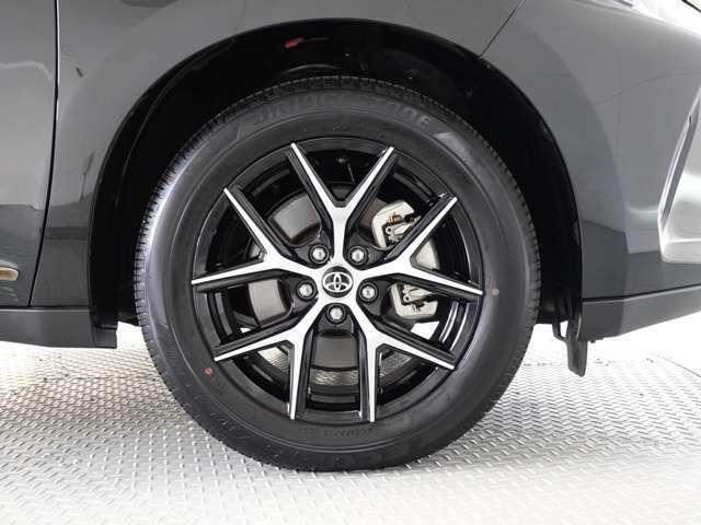 アルミホイール装着、タイヤサイズは235/55R18です。