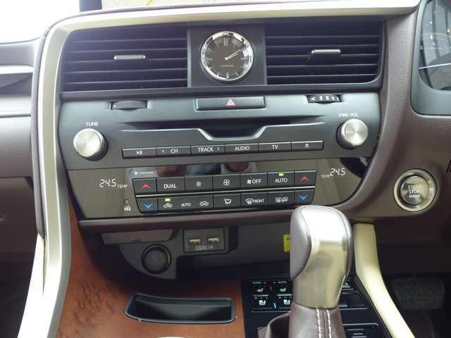 プッシュスタートボタンです。オートエアコンで運転席、助手席で温度調整ができ、自分好みの温度に設定。