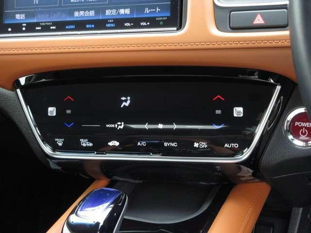 オートエアコンは左右席で独立温度コントロールが可能です。シートヒーター付きで、冷えた車内でもスイッチを押せば数秒で座面と背もたれがあたたかくなります。