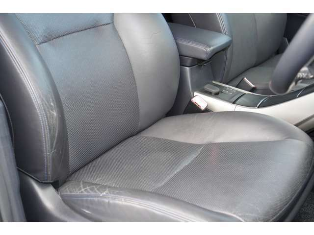 運転席、助手席ともに綺麗です。一度ご覧くださいませ。また【黒革シート】【パワーシート】が装備されておりますので、高級感がございます♪