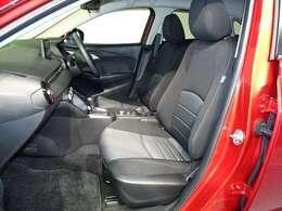 フロントシートです。体を心地良く包み、適切に支え長時間ドライブでも正しいドライビングポジションを保ちます!