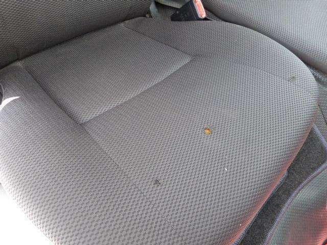 運転席座面に焦げ跡の様な箇所があります