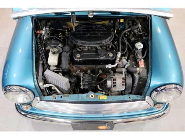 淡い色合いのブルーにメタリックの光沢が非常に美しく、メイフェアの特徴であるチェック柄のシートとの愛称もよく現代の車にはないクラシカルで明るい雰囲気のミニです