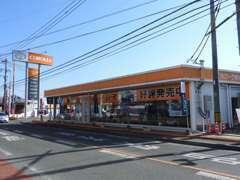オレンジの店舗カラーが目印です。お気軽にご来店ください。