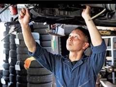 当店は認証取得整備工場です。大型車から軽自動車まで、お客様の安全・安心の為に国家資格整備士がしっかりと整備を行います。