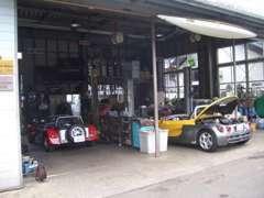 国産車はもちろん外車やクラシックカーの整備もおまかせ下さい。展示場に在庫車両も展示しております。