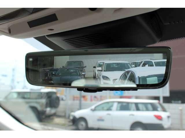 車体に装備したカメラによる後方映像が、ルームミラーに映し出されます。後方に人が座っていても、ラゲッジスペースに荷物を満載していても、車両後方の様子をはっきりと確認できます。