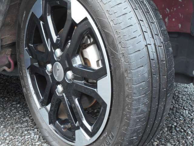 4本ともにホイールにガリ傷も無く綺麗な状態です。タイヤの山が若干少なくなってきております。