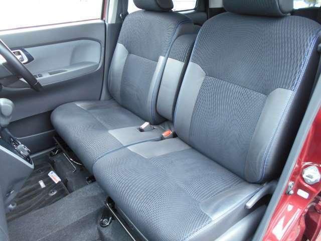 室内も非常に綺麗に保たれております。運転席、助手席、後部座席ともにコゲ穴やシミ汚れなどもございません。