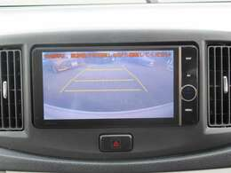 マルチ連動バックガイドモニターになります。車両後方の状況をディスプレイに表示し車庫入れや縦列駐車の後退操作をサポート致します。