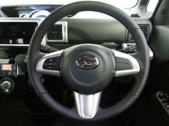 オーディオ操作用ステアリングスイッチ。運転姿勢を変えずに音量調節や選曲等の操作ができます。