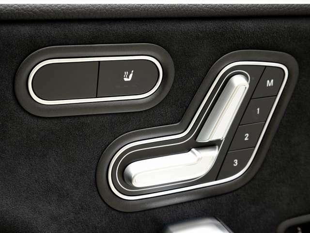 シートポジションメモリーとシートヒーターを装備しています。寒い季節でもシートヒータにより快適なドライブをお楽しみいただけます。