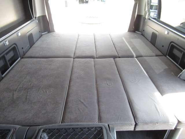 ベット展開しますと3名様分の就寝スペースとなります!縦168cmx横190cmとなっております。