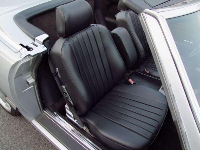 外装シルバーですと内装ネイビーが多いですが、この車両はブラックで中々良いです。