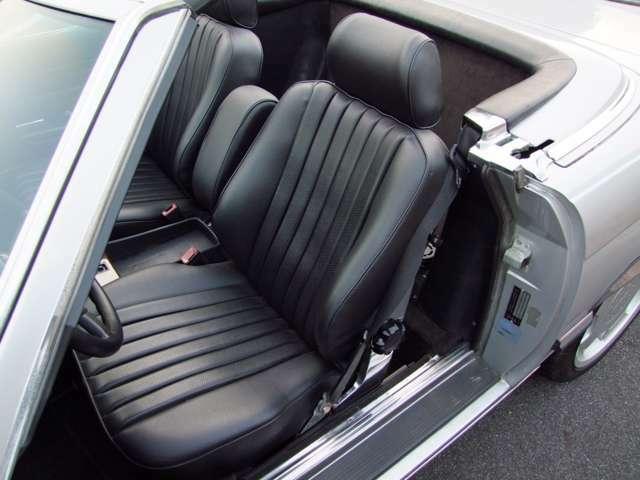 内装はシート、ドアパネルをMBTEXで張り替えをしております。