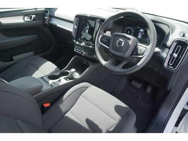 運転席は、パワーシートとシートヒーターを完備。人間工学に基づいたシート形状は、運転の疲れを軽減してくれます。