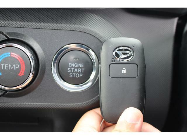 エンジン始動はプッシュスタートで楽々☆電子カードキーを携帯していれば、ブレーキを踏みながらボタンを押すだけでエンジンの始動がスマートに行えます♪