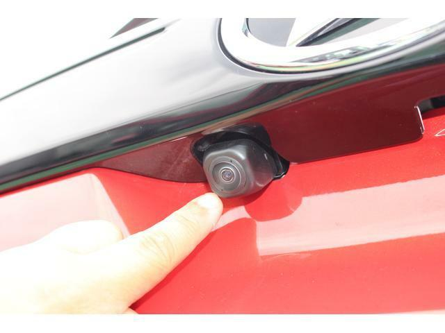 バックカメラ☆車両の前後左右に搭載した4つのカメラにより、車を上から見下ろしたような映像を映し出すパノラマモニター対応カメラが付いています♪