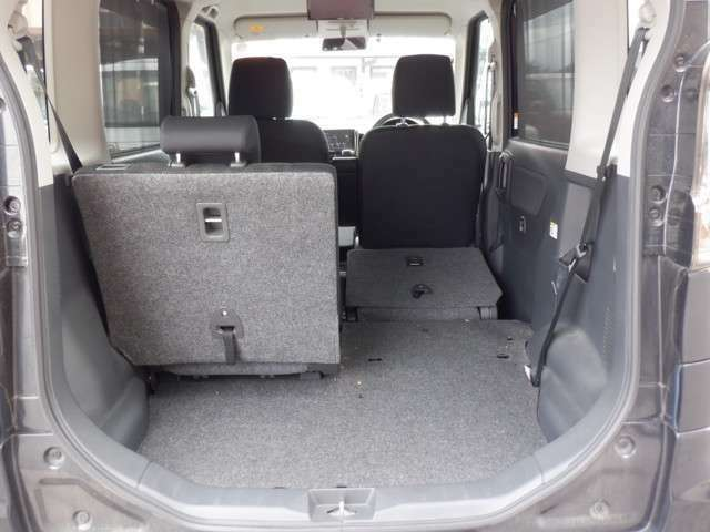 後席を倒せばほぼフラットに 広く荷室を使えます。