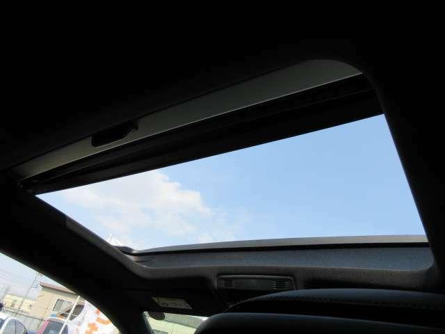 純正サンルーフ付き♪ 新車時のみ選択できる特別な装備となります♪ 車内も明るくなり開放感を感じられますね♪