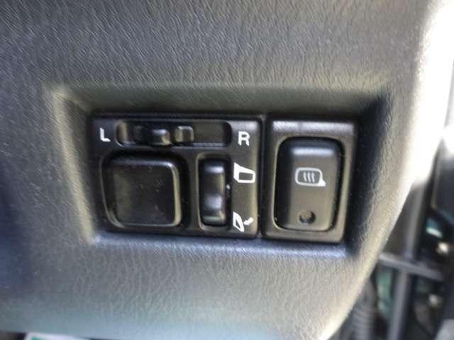 電動格納ドアミラー付きです。ボタン一つで、自動でミラーの開閉が出来ます。すれ違いの時やパーキングの時にこすりにくくなり、洗車機に入れる時も便利です!