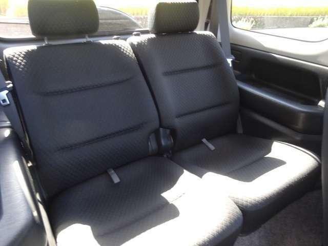 後部座席も当然、綺麗・清潔に仕上げております。内装の綺麗なお車は気持ちが良いですよね♪