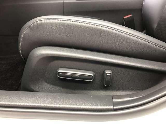 シートの位置や角度を電動で細かく調整可能です。
