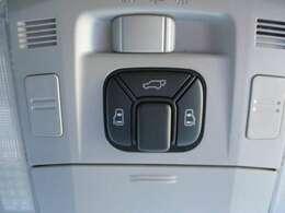 ミニバンだからこそ欲しいアイテム、電動ドアも両側に特別装備!さらにハッチも電動開閉可能な電動バックドアも特別装備しています!