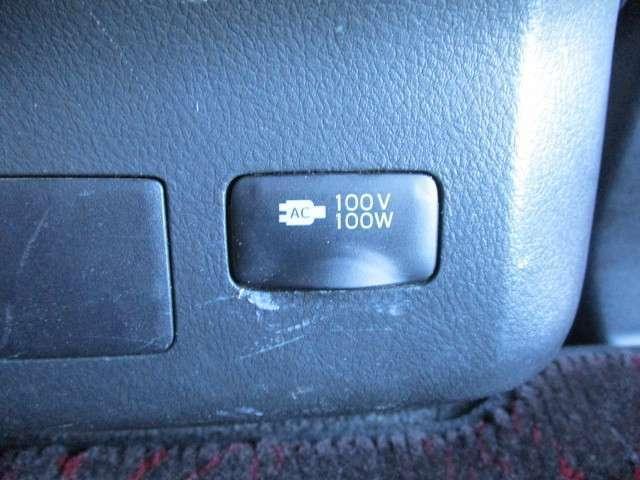 後席では携帯電話の充電や温冷庫等が使用可能な100V電源も特別装備しています!