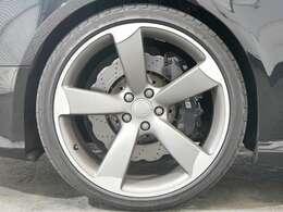 オプション 5アームローターデザインチタンルック20インチアルミホイール☆関東最大級のAudi・VW専門店!豊富な専門知識・経験で納車後もサポートさせていただきます☆