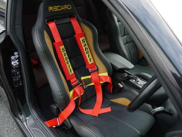 ホールド性の高いREKAROのスポーツシートで熱い走りもしっかりサポートしてくれます♪