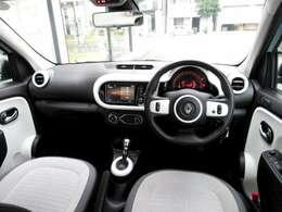 ホワイト&ブラックでオシャレな車内。メーターからオーディオ周りグルと回り込むデザインは、サーキットをイメージ。