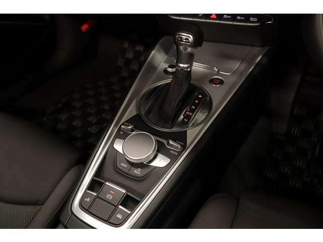 Audi Stronicは偶数と奇数のそれぞれにクラッチを備え、推進力の途切れを感じさせることなく瞬時に変速を完了しスムーズで快適な走りを提供するトランスミッション。エンジンパワ-を最大限の効率で路面に伝えます。