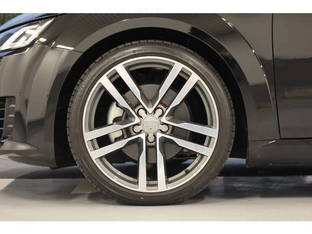 Audiのホイールは乗る人すべてに安全と安心を提供するため、細部に至るまで厳しい専用試験を行っています。品質や耐久性を追求し、信頼にお応え出来る高品質である事を保証するAudi純正アルミホイール。