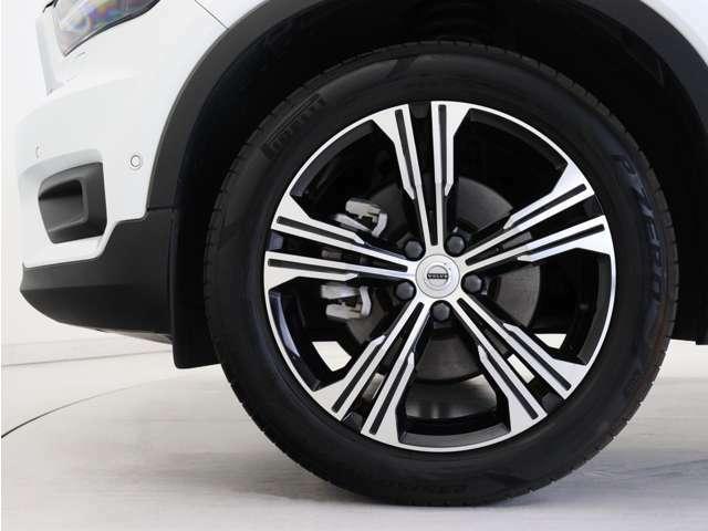 ダイヤモンドカット/ブラックの5ダブルスポーク19インチアルミホイール。勿論インテリセーフ標準装備により、歩行者検知機能付フルオートブレーキをはじめとする革新的安全装置を標準搭載。