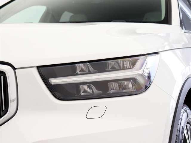 ひときわ印象的なT字型のLEDヘッドライトは、新世代のボルボを象徴するユニークなアイコンとなっています。LEDデイタイム・ランニング・ライトやポジションライト、ウインカーの役割も果たします。