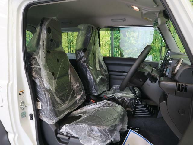 運転席助手席には撥水加工がされたファブリックシートを採用!アウトドアでの使用でも汚れにくく使い勝手も◎